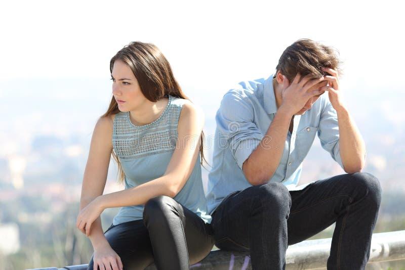 Mauvaise fille discutant avec son concept de dissolution de couples image libre de droits