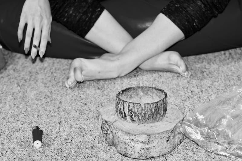 Mauvaise herbe de tabagisme de femme image libre de droits