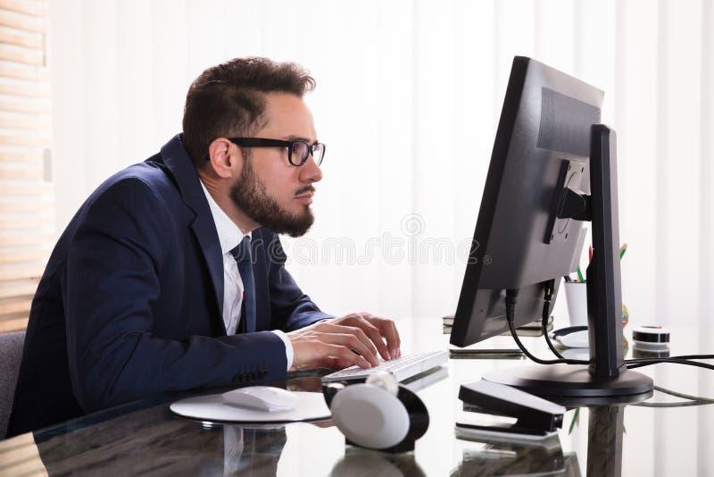 Mauvaise posture tout en travaillant sur l'ordinateur image stock