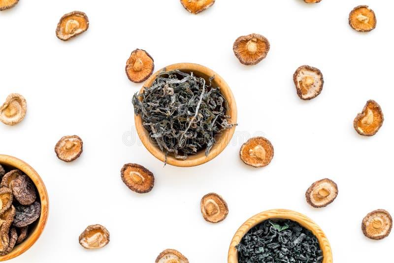 Mauvaises herbes, champignons dans le mod?le de cuvette pour faire cuire Chinese et la nourriture japonaise sur la vue sup?rieure image stock