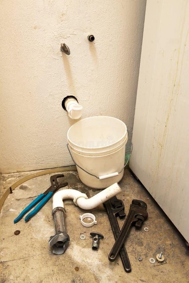 Mauvaises pipes, fuite de l'eau, problème à la maison de Plumbling de difficulté photo libre de droits