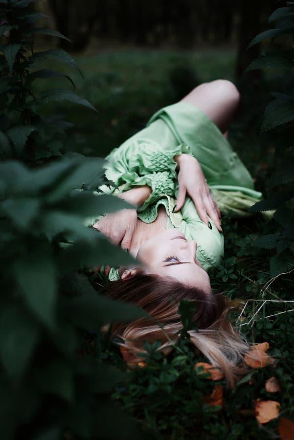 Mavka Een mooie vrouw in een groene kleding loopt door het bos royalty-vrije stock foto's