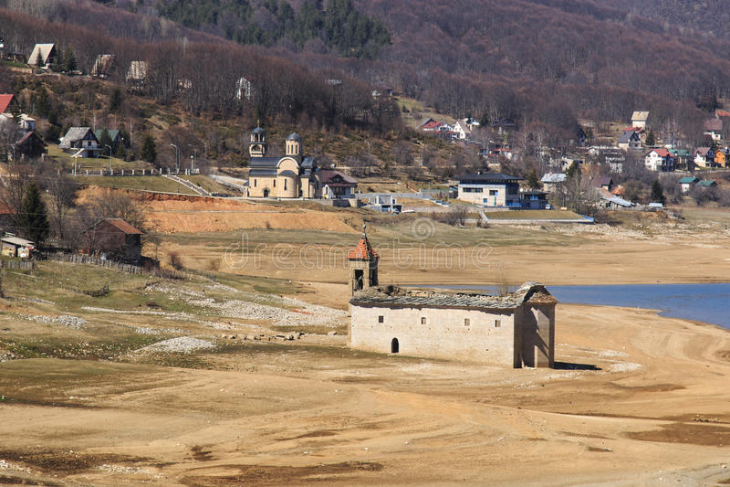 Mavrovo湖,马其顿被淹没的教会  免版税库存照片