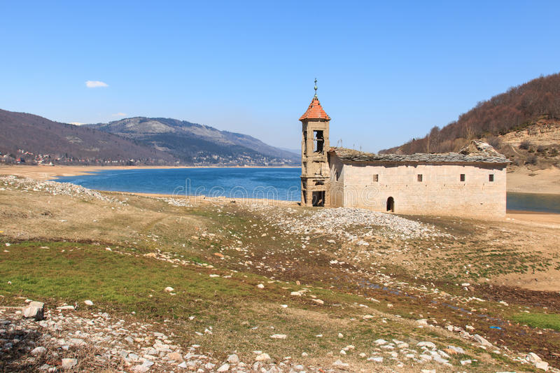 Mavrovo湖,马其顿被淹没的教会  库存照片
