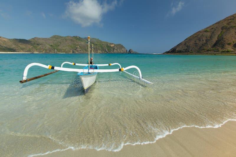 Mawun-Strandlombok und -boot stockbild