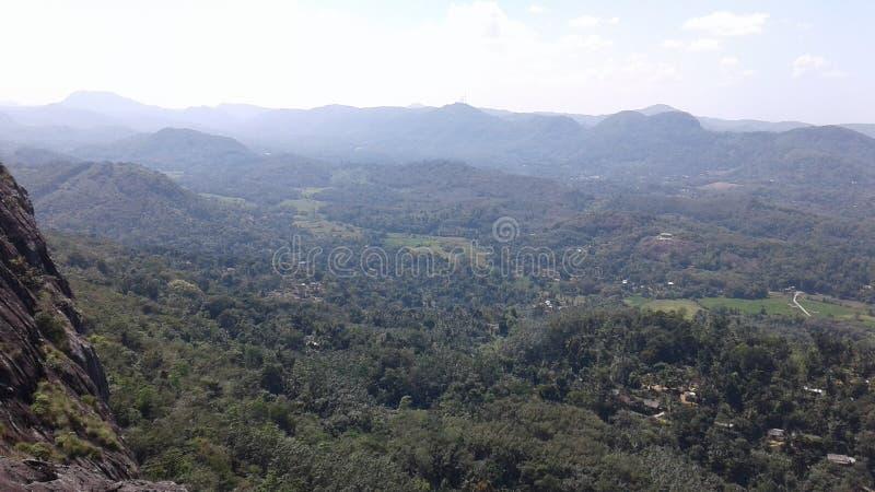 Mawuntan y cielo de Sri Lanka Maniyangama Avissawella imagenes de archivo