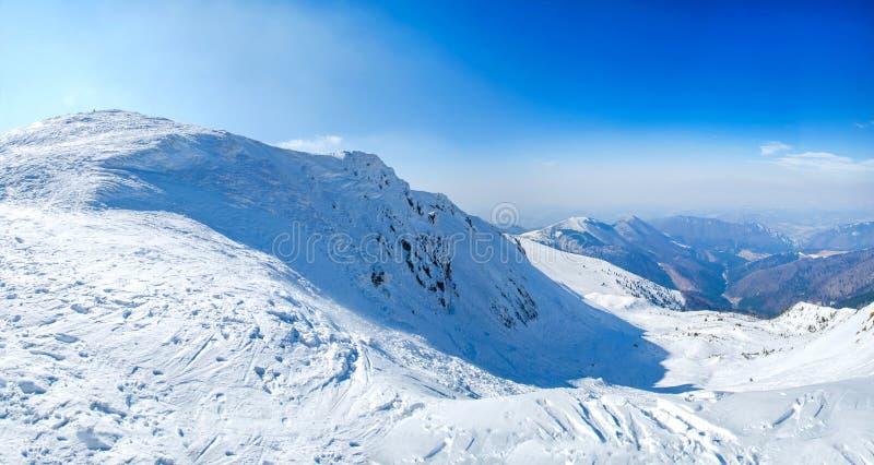 Maxima för berg för vintersnö dolda i Europa Stort ställe för vintersportar royaltyfria foton