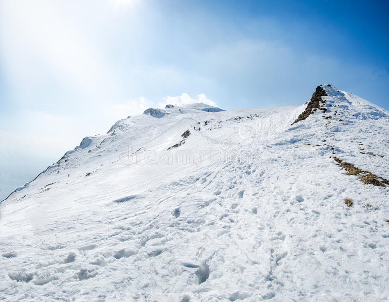 Maxima för berg för vintersnö dolda i Europa Stort ställe för vintersportar arkivfoton