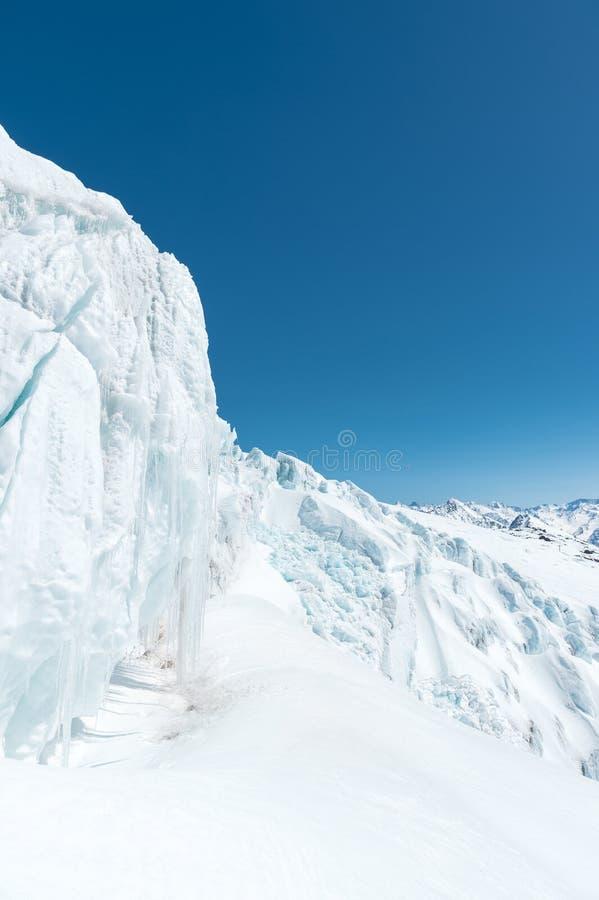 Maxima för berg för vintersnö dolda i Kaukasus Stort ställe för vintersportar fotografering för bildbyråer