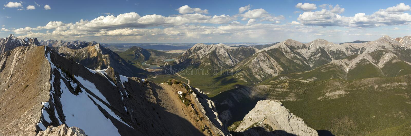 Maxima och Alberta Foothills Wide Panoramic Landscape för Kananaskis landsberg på vår arkivfoton