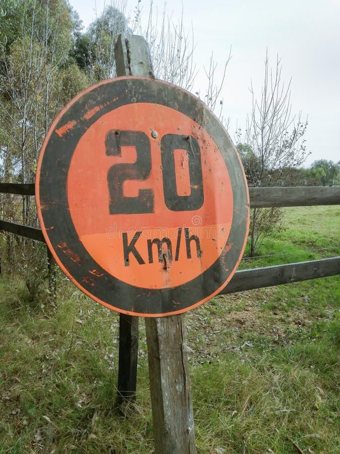 MAXIMAL HASTIGHET AV 20 KM PER TIMME royaltyfri fotografi