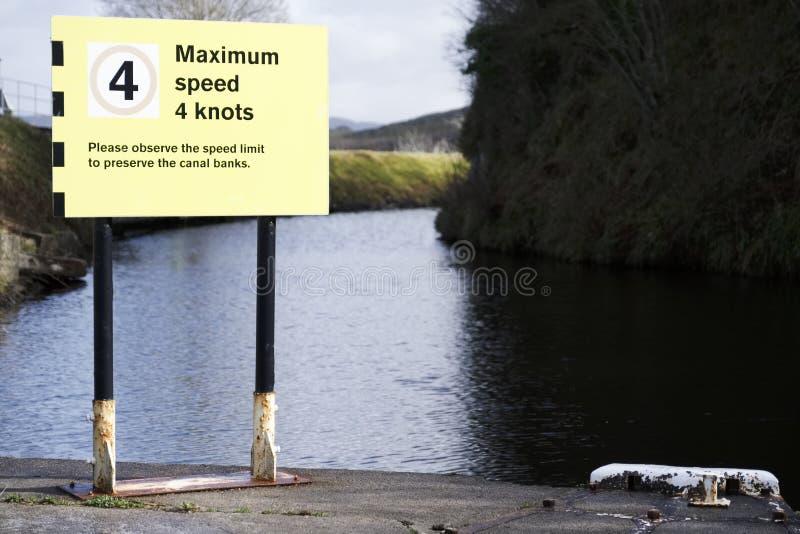 Maximal hastighet 4 fnuren på tecken för kanalvattensäkerhet arkivfoto