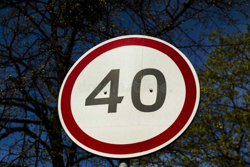 Maximal hastighetsbegränsningtecken arkivfoton