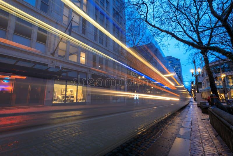 Maximal TriMet, spårvagnslinga på natten i i stadens centrum Portland royaltyfri bild