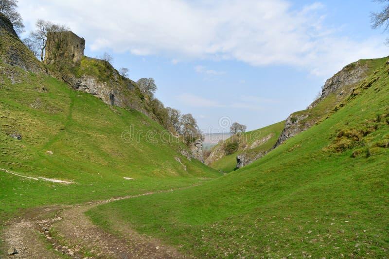 Maximalt område UK, gammal historisk Peveril slott, klättring arkivbild