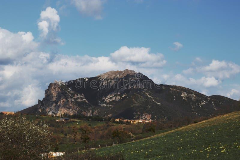 Maximum av Bugarach i Corbieresen, Frankrike fotografering för bildbyråer