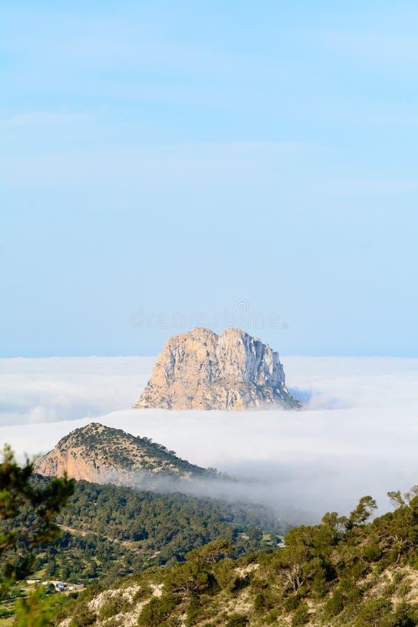 Maximumet av berget är vedra som kikar till och med dimman en höstmorgon i Sant Josep de Sa Talaia, Ibiza arkivbilder