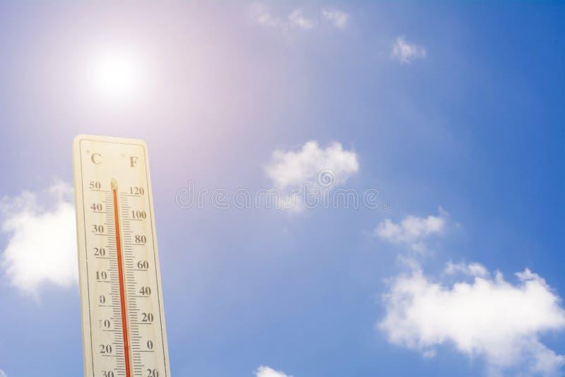 Maximumtemperatuur - Thermometer op de de zomerhitte royalty-vrije stock afbeeldingen