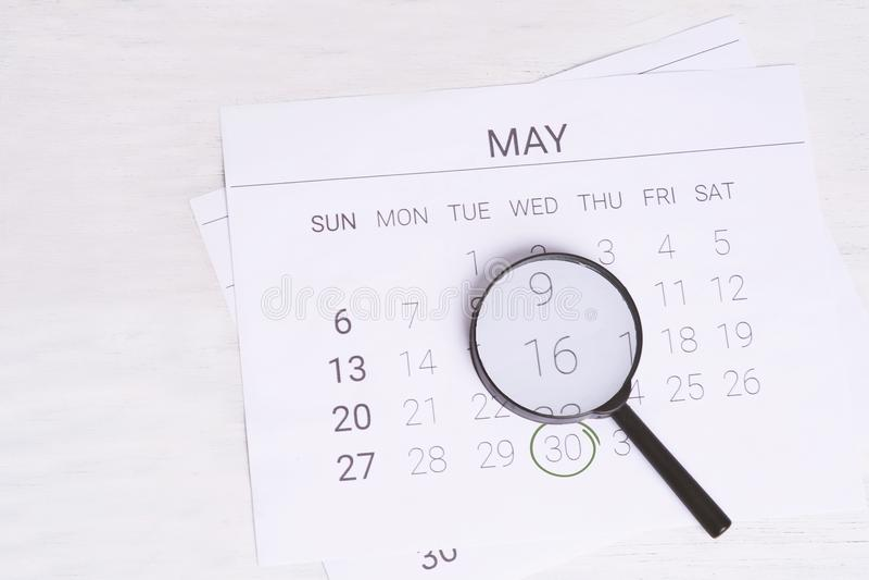 May att calendar med förstoringsglaset royaltyfri fotografi