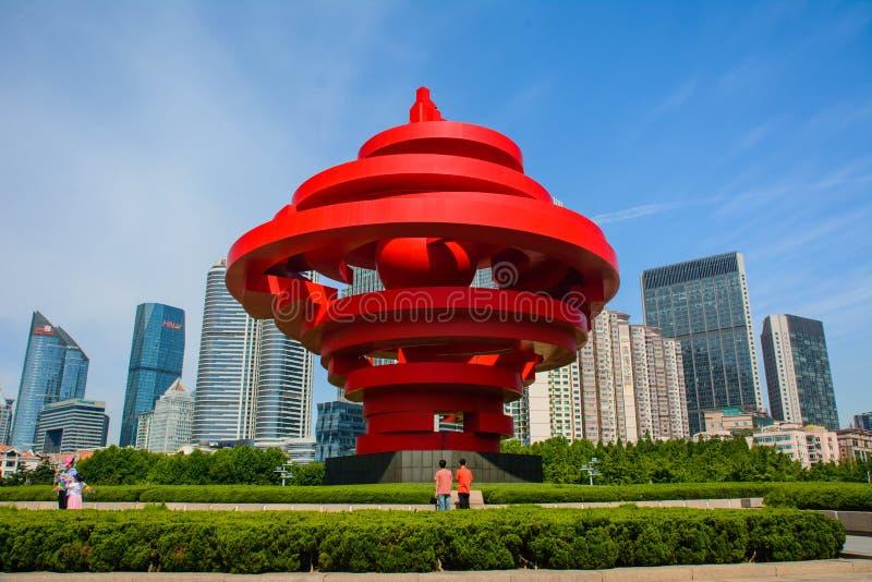 May Fourth Obciosywać na słonecznym dniu z turystami, sławna atrakcja turystyczna w Qingdao miasta Shandong prowinci Chiny obrazy stock