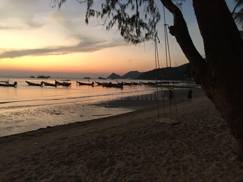 Maya Bay dans le coucher du soleil de plage de la Thaïlande photos stock