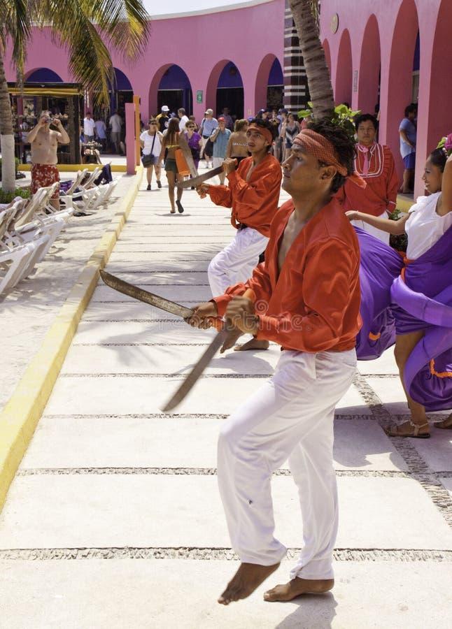 Maya México da costela - dançarinos tradicionais da espada imagem de stock