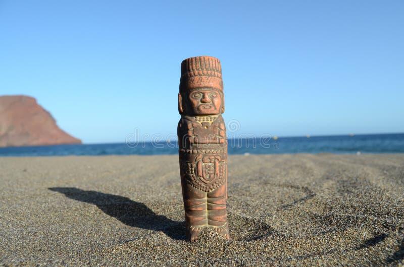 Download Maya Statue Antique Sur La Plage De Sable Photo stock - Image du caribbean, sculpture: 45366238