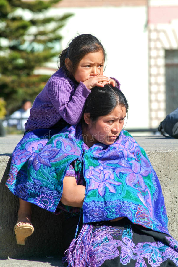 Maya vrouw met haar dochter stock foto's