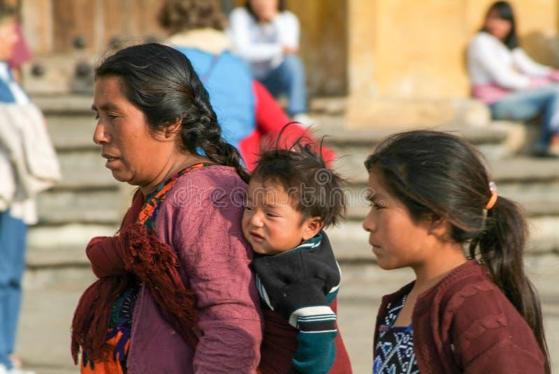 Maya vrouw met haar kinderen royalty-vrije stock afbeelding
