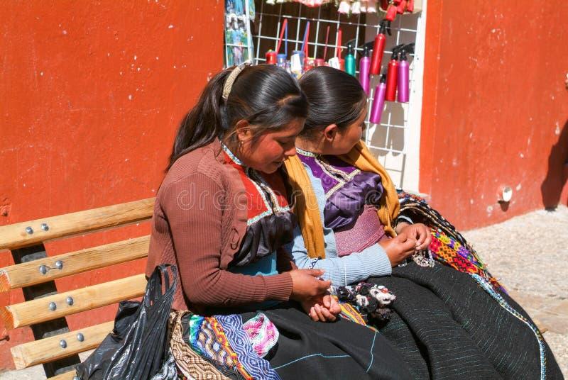 Maya vrouwenzitting op een bank bij de markt stock foto