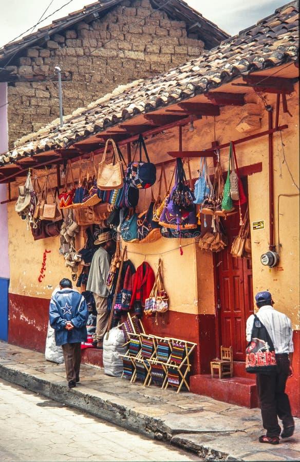 Mayafolk som går på en gata av San Cristobal de Las Casas royaltyfri bild