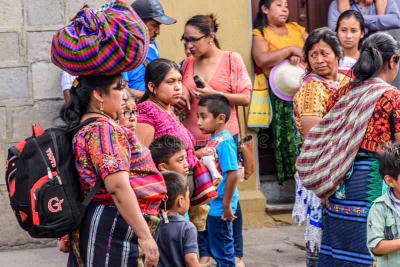 Mayafrauen folgen geliehener Prozession, Antigua, Guatemala stockbilder