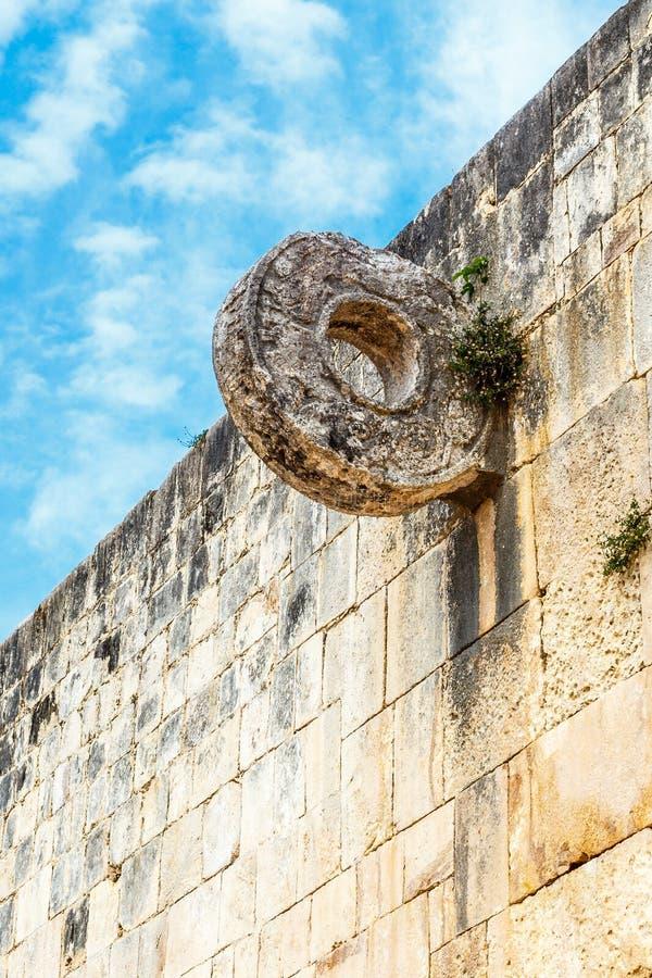 Mayan cirkel för fotbolllek på stenväggen, Chichen Itza archaeo royaltyfria bilder