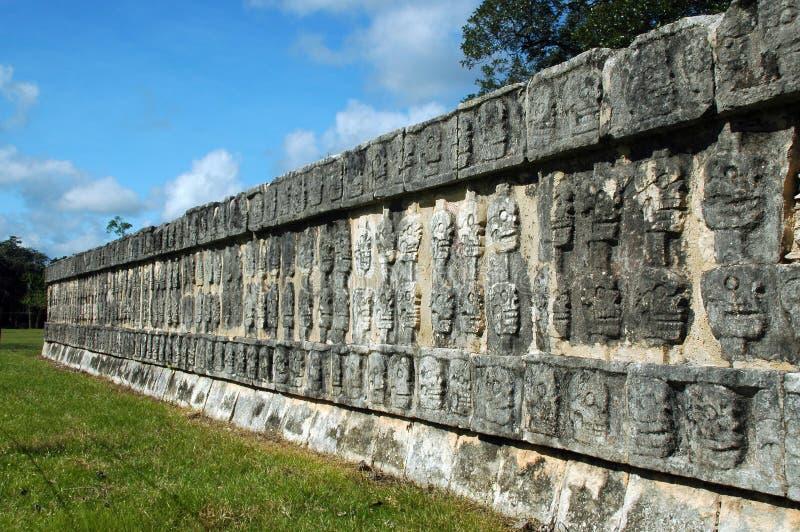 mayan fördärvar skalleväggen royaltyfria foton