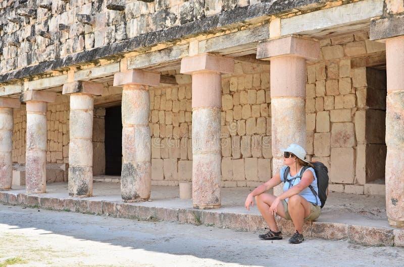 mayan fördärvar turisten royaltyfria bilder