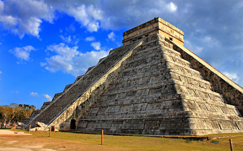 Mayan piramide bij equinoxdag stock afbeelding
