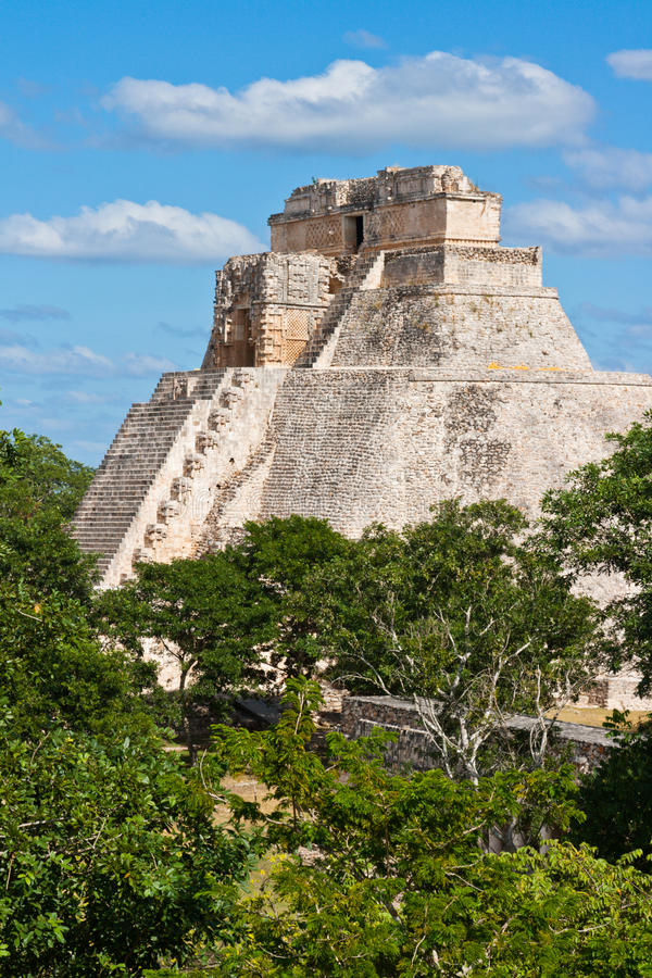 Mayan pyramid (Pyramid. Anicent mayan pyramid (Pyramid of the Magician, Adivino ) in Uxmal, M�rida, Yucat�n, Mexico royalty free stock images