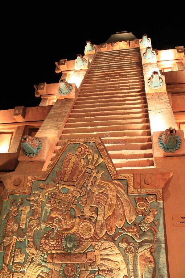 Mayan pyramidtrappa på natten royaltyfri foto