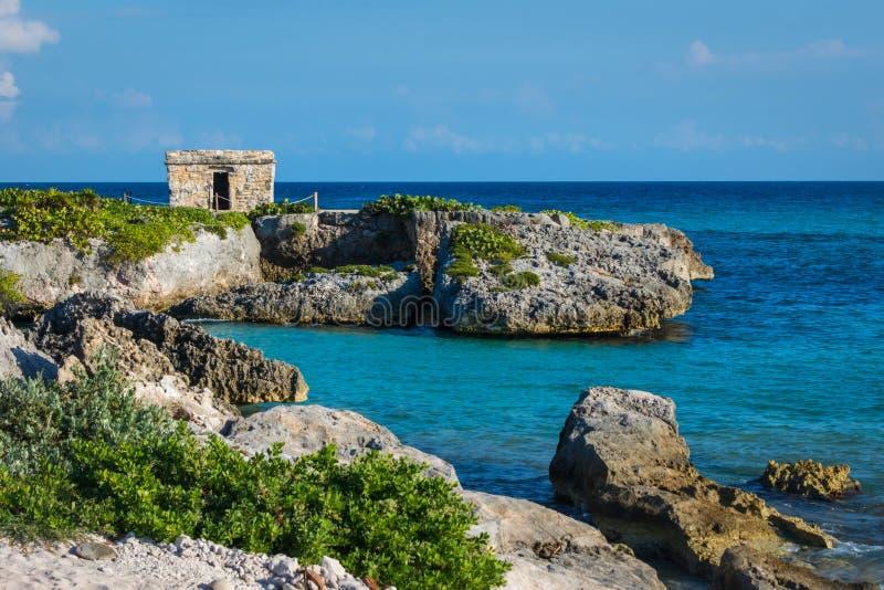 Mayan ruïnes bij tropisch kustlandschap kust Quintana Roo, Mexico, Cancun, Riviera Maya stock fotografie