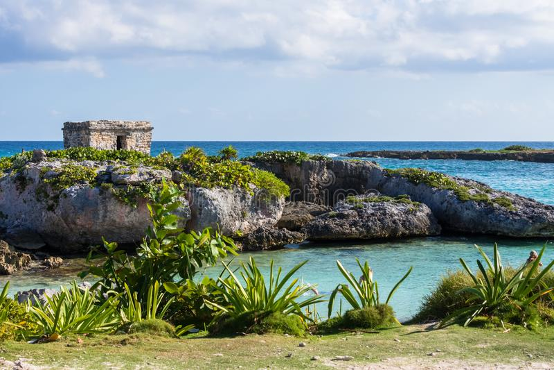 Mayan ruïnes in Riviera Maya, Cancun, Mexico Landschap Blauwe hemelachtergrond royalty-vrije stock afbeelding