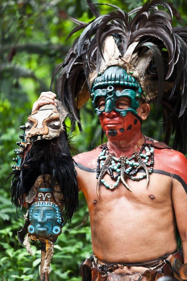 Mayan Shaman i den Xcaret showen i Mexico arkivbilder