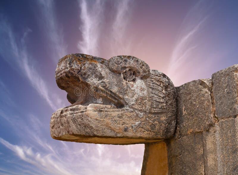 Mayan skulptur för orm i Chichen Itza, Mexico arkivfoton