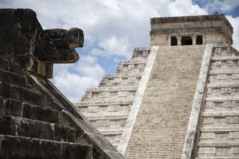 Mayan skulptur och pyramid royaltyfri bild