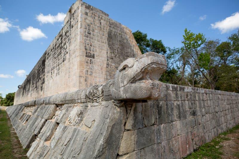 Mayan slang hoofdbeeldhouwwerk op balhof stock foto's
