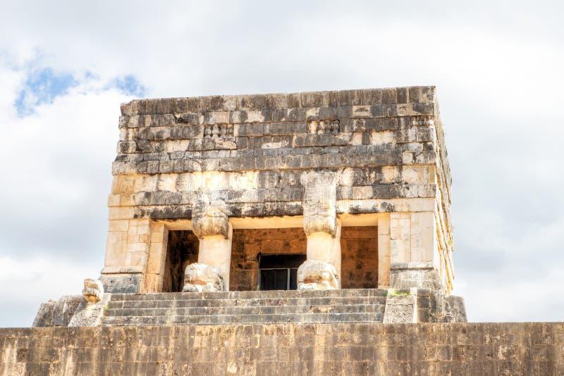 Mayan Temple Boven de Ouderlijke Spel Court in Chichen Itza, Mexico stock foto's