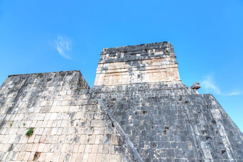 Mayan Temple Boven de Ouderlijke Spel Court in Chichen Itza, Mexico stock afbeeldingen