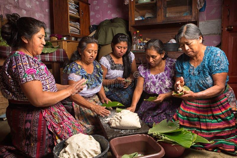 Mayan vrouwen die voedsel in Guatemala voorbereiden royalty-vrije stock fotografie