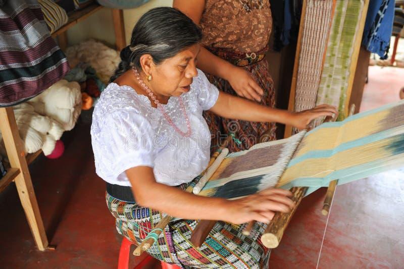 Mayan vrouwen wevende garens bij La laguna van San Juan stock foto