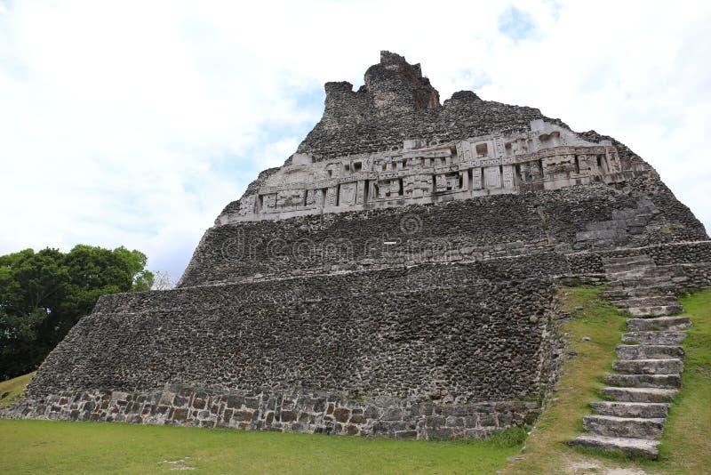 Mayaruine - Xunantunich in Belize lizenzfreie stockfotos