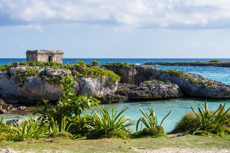 Mayaruinen auf Riviera-Maya, Cancun, Mexiko landschaft Hintergrund des blauen Himmels lizenzfreies stockbild